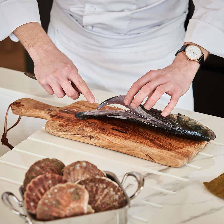 alex neel chef prive prepare un poisson