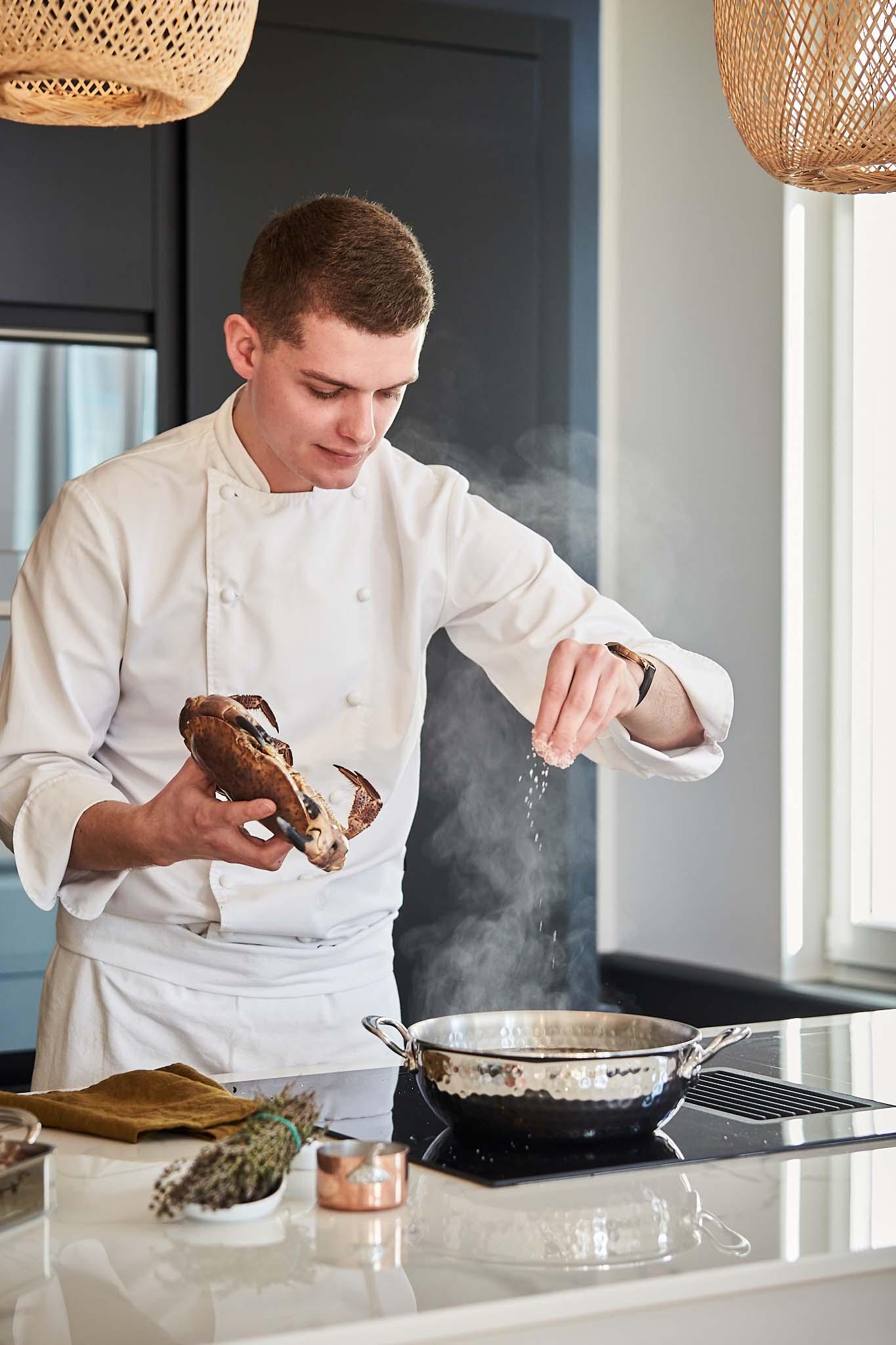 alex neel chef prive prepare un crabe